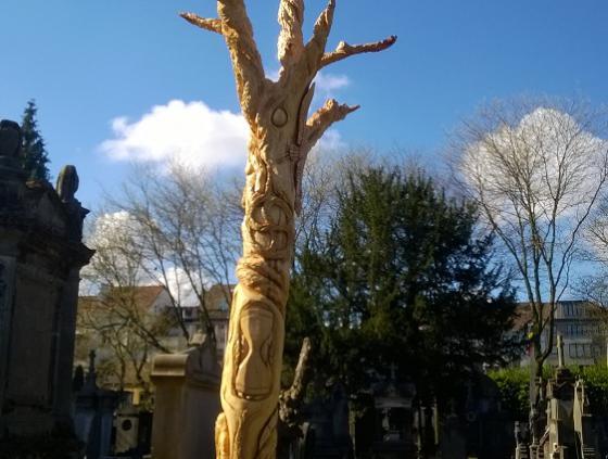 Gebeeldhouwde boom op kerkhof van Laken