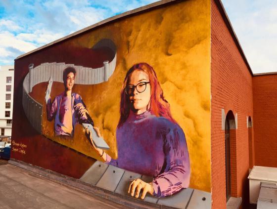 Street art-muur aan het Athénée Marguerite Yourcenar
