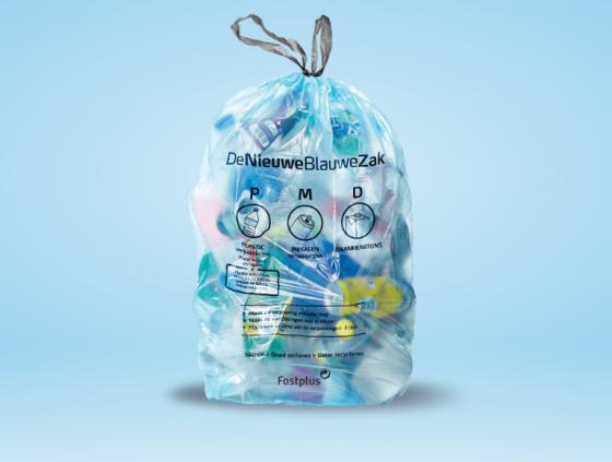 Nieuwe plastic verpakkingen in blauwe PMD-zakken