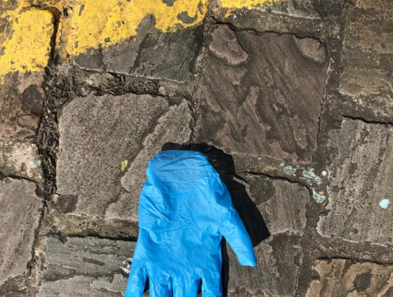 Gooi gebruikte handschoenen, mondmaskers en zakdoeken niet op straat!