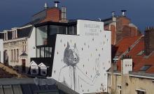 De grote Wolf die het schaap draagt - Sint-Jan Nepomucenusstraat - klik om te vergroten